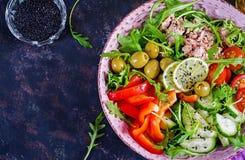 Ensalada de atún con los tomates, las aceitunas, el pepino, la pimienta dulce y el arugula foto de archivo