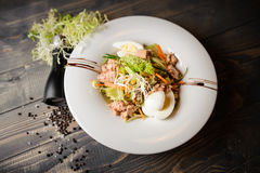 Ensalada de atún fresca con los huevos, tomates, habas, aceitunas en la placa blanca fotos de archivo