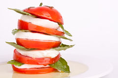 Ensalada de Caprese con la mozarela, el tomate y la albahaca imagenes de archivo