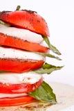 Ensalada de Caprese con la mozarela, el tomate y la albahaca fotos de archivo