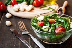 Ensalada de Caprese con la mozzarella, los tomates y el arugula Imagenes de archivo