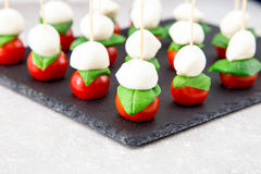 Ensalada de Caprese Pinchos con el tomate y la mozzarella con albahaca Fotos de archivo