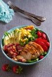Ensalada de Cobb del pollo Aguacate del tocino del pollo y ensalada de ma?z dulce fotografía de archivo libre de regalías