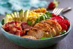 Ensalada de Cobb del pollo Aguacate del tocino del pollo y ensalada de ma?z dulce fotos de archivo libres de regalías