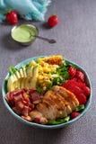 Ensalada de Cobb del pollo Aguacate del tocino del pollo y ensalada de ma?z dulce imágenes de archivo libres de regalías
