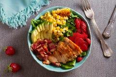 Ensalada de Cobb del pollo Aguacate del tocino del pollo y ensalada de ma?z dulce fotos de archivo
