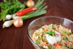 Ensalada de col blanca con la cebolla, la zanahoria, la pimienta y aceitunas Imagenes de archivo