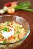 Ensalada de col blanca con la cebolla, la zanahoria, la pimienta y aceitunas Fotos de archivo