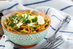 Ensalada de col con la zanahoria en cuenco Fotografía de archivo