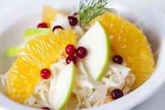 Ensalada de col con las manzanas, las naranjas y los arándanos Imagen de archivo libre de regalías