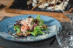 Ensalada de color salmón deliciosa con el camarón y el huevo en un restaurante pequeña porción Foto de archivo