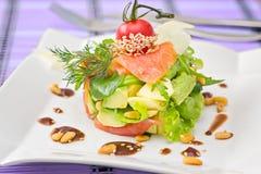 Ensalada de color salmón formada redonda de Smocked con el aguacate adornado con el ch Imagen de archivo libre de regalías
