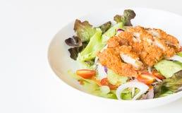 Ensalada de Fried Chicken con los tomates, el pepino y la cebolla Foto de archivo