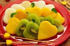 Ensalada de fruta bajo la forma de corazones Fotos de archivo libres de regalías