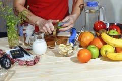 Ensalada de fruta, comida sana, detox, cocinando, mano, fruta, dieta, vegetariano Imagenes de archivo