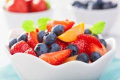 Ensalada de fruta con el albaricoque del arándano de la fresa Fotografía de archivo