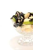 Ensalada de fruta con el kiwi y el plátano con la salsa de chocolate Fotografía de archivo libre de regalías