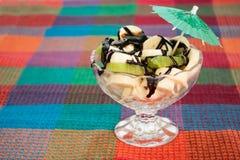 Ensalada de fruta con el kiwi y el plátano con la salsa de chocolate Imagen de archivo