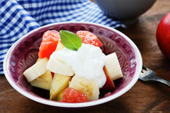 Ensalada de fruta con el yogur griego foto de archivo libre de regalías