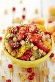 Ensalada de fruta con la adición de la quinoa, de la miel, del jugo de limón y de la menta fresca Fotos de archivo libres de regalías