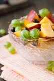 Ensalada de fruta con las bayas imagen de archivo libre de regalías