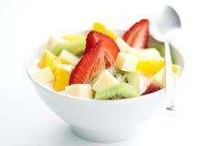 Ensalada de fruta con los pedazos de la fruta y del yogur Fotos de archivo