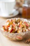 Ensalada de fruta cruda sana con la miel Fotos de archivo