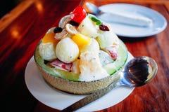 Ensalada de fruta en arco del melón imagen de archivo