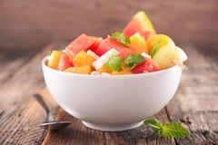 Ensalada de fruta en cuenco fotografía de archivo