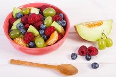 Ensalada de fruta en el cuenco, concepto sano de la nutrición Fotos de archivo
