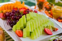 Ensalada de fruta en el evento de la comida campestre del festival de primavera Fotografía de archivo libre de regalías