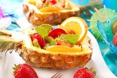 Ensalada de fruta en piña Fotos de archivo