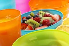 Ensalada de fruta en tazón de fuente azul Imágenes de archivo libres de regalías