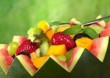 Ensalada de fruta en tazón de fuente del melón Fotos de archivo