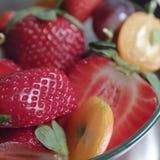 Ensalada de fruta en un bol de vidrio imagen de archivo