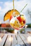 Ensalada de fruta en una terraza del verano Foto de archivo