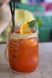 Ensalada de fruta fría del verano en una tabla del café Imagen de archivo