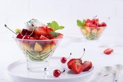 Ensalada de fruta de fresas, de kiwis y de albaricoques Foto de archivo