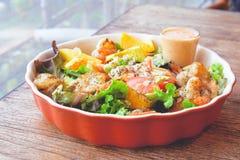 Ensalada de fruta fresca con el aliño asado a la parrilla del camarón y de ensaladas Imagen de archivo