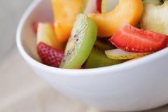 Ensalada de fruta fresca de la mezcla con la fresa, el kiwi y el melocotón Imágenes de archivo libres de regalías