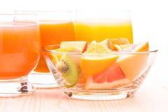 Ensalada de fruta fresca en bol de vidrio con el jugo Fotos de archivo libres de regalías
