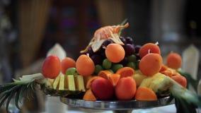 Ensalada de fruta fresca en el cuenco metrajes