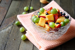 Ensalada de fruta fresca en un cuenco fotos de archivo libres de regalías