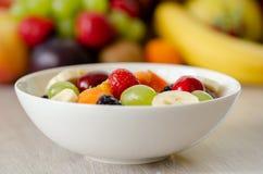 Ensalada de fruta fresca sana en el primero plano, frutas coloridas adentro fotos de archivo