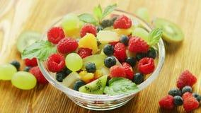 Ensalada de fruta mezclada almacen de video