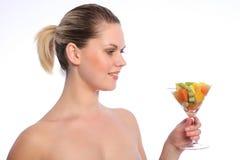 Ensalada de fruta mezclada sana para la mujer joven Imagen de archivo