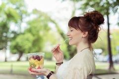 Ensalada de fruta pensativa de señora Eating Fresh Healthy Fotografía de archivo libre de regalías