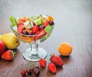 Ensalada de fruta recién preparada Fotos de archivo libres de regalías
