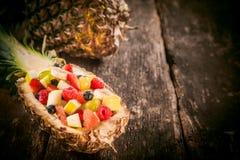 Ensalada de fruta sabrosa gastrónoma en un barco de la piña Imagen de archivo