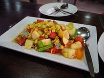 Ensalada de fruta tropical en la placa blanca fotos de archivo